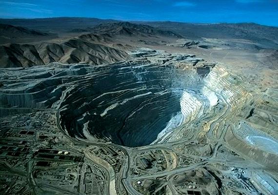 A chilei Chuquicamata rézbánya kincseit már több mint 90 éve bányásszák, ám még mindig óriási tartalékok rejlenek a már 850 méteres lyuk alatt.