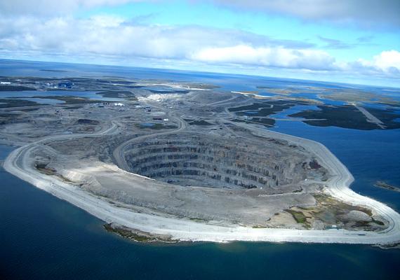 A kanadai Diavik-bánya az egyik legnagyobb gyémántlelőhely, évente nyolcmillió karátnyi ékkövet termelnek ki innen.