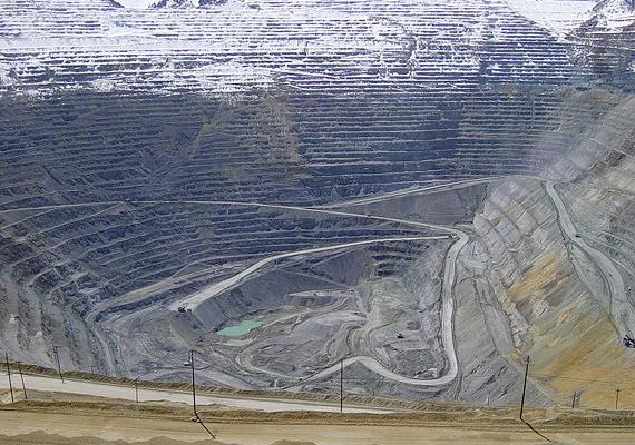 Az USA-ban elhelyezkedő Bingham Canyon-bánya réztermeléséről híres, ez a legmélyebb nyitott bánya ma a világon.