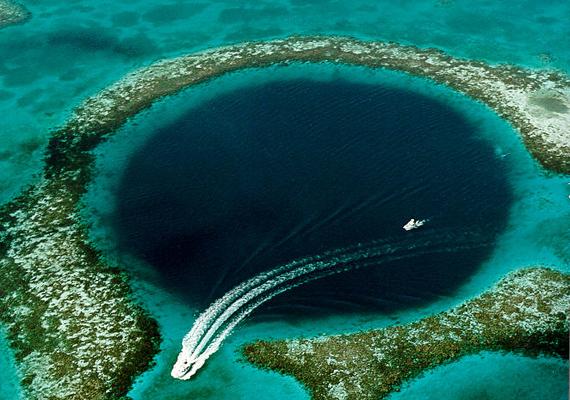 A Great Blue Hole egy víz alatti víznyelő Belize partjai mellett. A 124 méter mély lyukat felülnézetből lehet igazán megcsodálni.