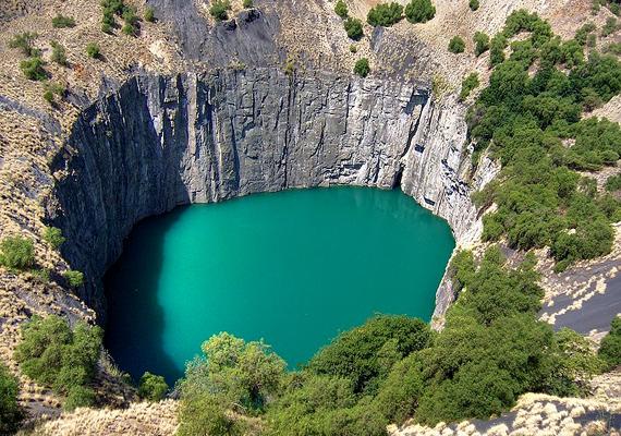 A Kimberley-bánya egy igazi gyémántlelőhely a Dél-Afrikai Köztársaságban, mélysége 1097 méter, és számos emberéletet követelt.