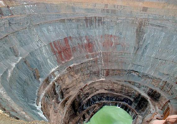 A Mirny gyémántbánya Kelet-Szibériában helyezkedik el, 525 méteres mélysége szinte eltörpül átmérőjéhez képest.