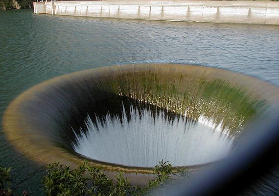 A Monticello Dam a Putah-folyón épült gát, melynek vizét egy több száz méter mély lefolyó vezeti át egyik oldalról a másikra.