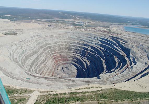 Az oroszországi Udachnaya gyémántbánya több mint 600 méter mély, ez a harmadik legnagyobb nyitott bánya a világon.