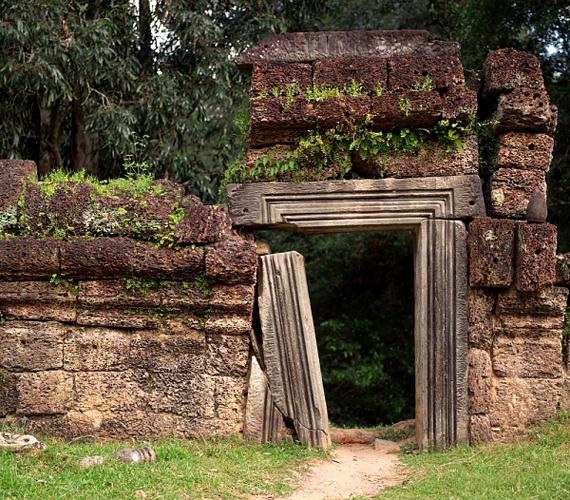 Mások szerint egy khmer király felbosszantotta az egyik istent, aki kiárasztotta a helyi tavat, mely elborította a várost.