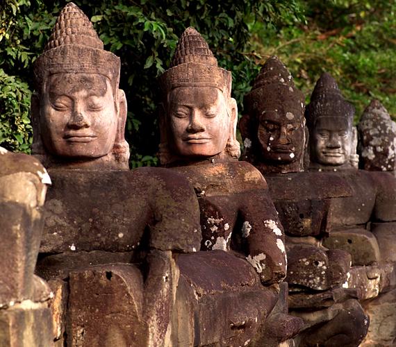 A szobrok és faragások a hindu mitológia jeleneteit keltik életre, temérdek alkotás - kötöttük számos Buddha-sor - máig jó állapotban megmaradt.