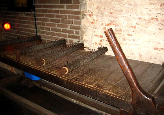 Az amszterdami Kínzásmúzeum a legkülönfélébb eszközöket mutatja be, melyekkel a történelem során embereket vallattak és büntettek.