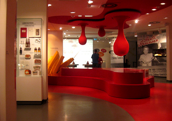 Berlinben a népszerű német nemzeti eledel, a currywurst tiszteletére emeltek étvágygerjesztő múzeumot.