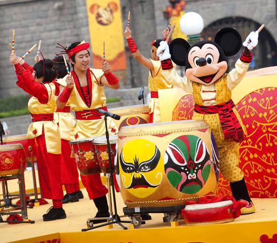 Az ötödik parkként nyitotta meg kapuit 2005 szeptemberében a Hong Kong Disneyland Resort. Egy tematikus parkja van, de jelenleg is építkeznek.
