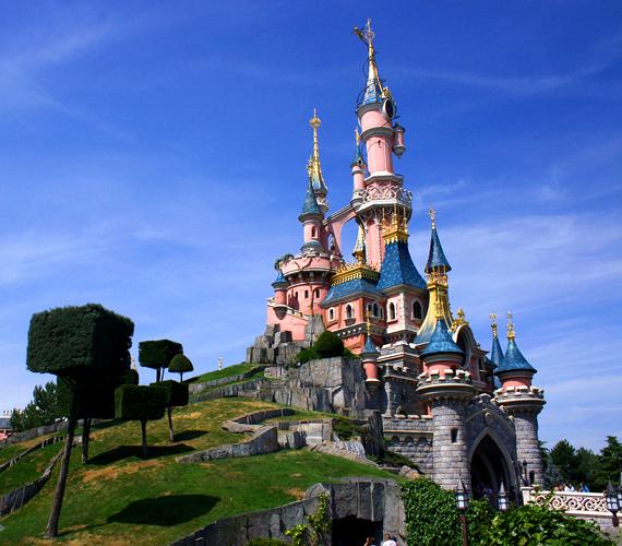 Az 1992-ben megnyitott Párizsi Disneyland két tematikus parkjával a második legnagyobb Disney-szórakoztatóközpont az Egyesült Államok területén kívül.