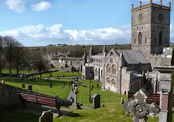 St. David's Anglia legkisebb városa. A turisták emellett gyönyörű katedrálisa miatt kedvelik.