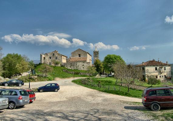Durbuy a történelmi emlékeiről híres, horvátországi Hummal osztozik a címen, ahol a lakosok száma az elmúlt években egyszer sem haladta meg a húszat.