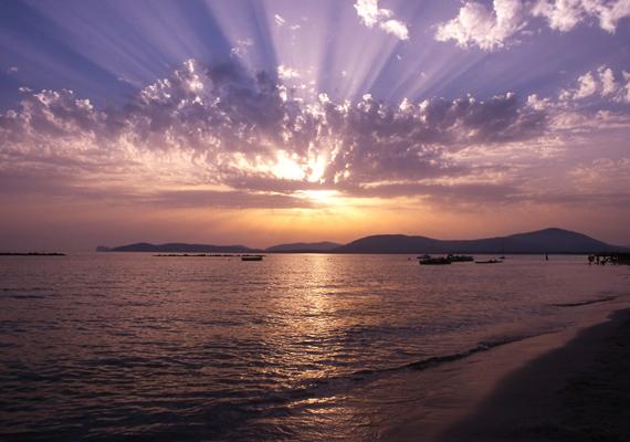Olaszországban, Szardínia szigetén a nap a felhők mögé bújt, egészen különlegesen szűrődik ki a rétegek közül.