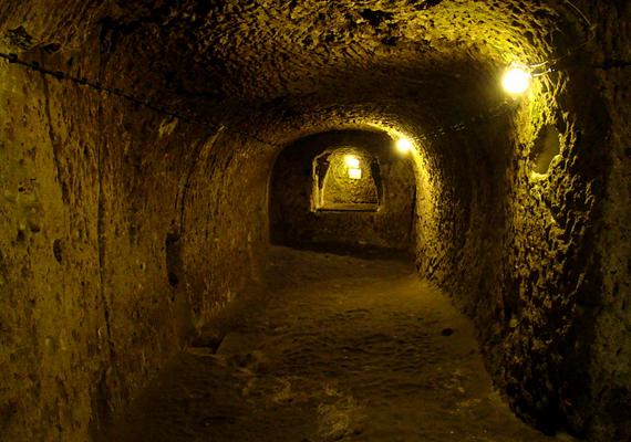 A föld alatti város egyes részei ma szállodaként funkcionálnak, sőt, éttermek is működnek a mélyben.