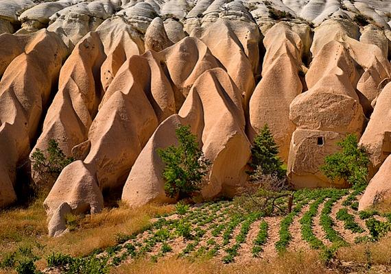 Kappadókia, a titokzatos tündérkémények és föld alatti hálózatok otthona Kis-Ázsiában, Törökországban található.