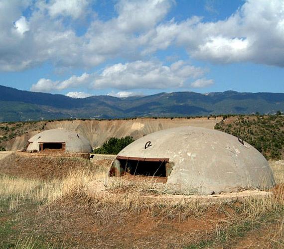 Az albán bunkervilág messze földön híres: 1972 és 1984 között mintegy 700-750 ezer bunker épült fel az országban.