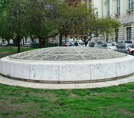 A Rákosi-atombunker Budapest utcái alatt rejtőzik, a Kossuth tér közelében. Építését 1949-ben kezdték meg.