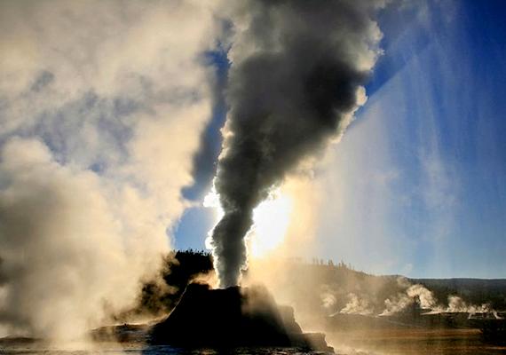 A Castle-gejzír szintén a Yellowstone Parkban található. A gejzír körülbelül 20 percen át lövelli 27 méteres magasságba a forró vizet.