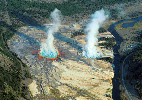 A Yellowstone Park-béli Excelsior-gejzír - a képen jobbra - 91 méteres kitöréseiről vált ismertté.
