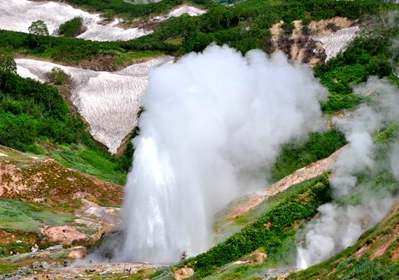 Az orosz Kamcsatka-félszigeten található Gejzírek völgyének látványos területe tudhatja magáénak a Giant-, vagyis hatalmas gejzírt is.