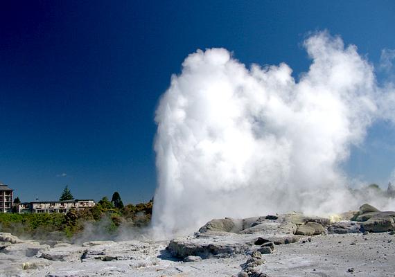 Az Új-Zélandon, Rotorua területén található Pohutu naponta 20 kitörést produkál, átlagosan 20-30 méterre lövellve az ég felé.