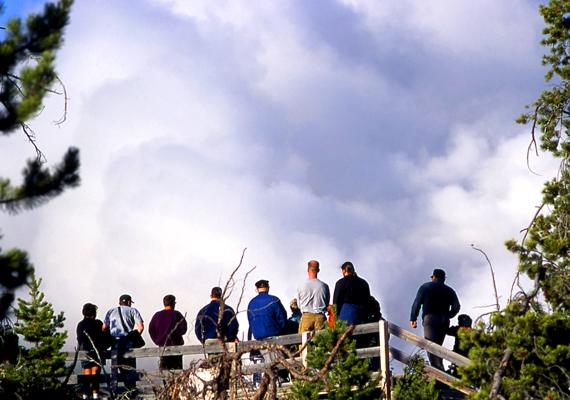 A Yellowstone Park Steamboat nevű gejzírje a legmagasabbra lövellő gejzírek közé tartozik: a turisták 90 méter magas kitörésekben gyönyörködhetnek.