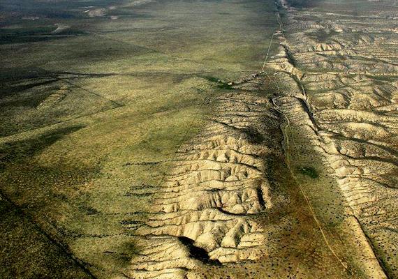 Az 1370 kilométer hosszan húzódó Szent András-törésvonal talán az egyik leghíresebb a világon, köszönhetően többek között a környékbeli földrengéseknek. A törésvonal a csendes-óceáni, illetve az észak-amerikai kőzetlemezek találkozásánál alakult ki, és tisztán kivehető a felszínen, például a Carizzo-síkság területén. Kattints ide, és tudj meg többet!