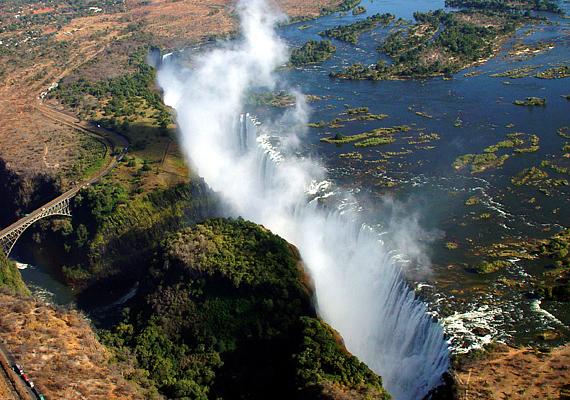 Zimbabwe és Zambia határán található a híres Viktória-vízesés, mely azonban nemcsak lezúduló, hatalmas víztömege miatt látványos: a magasból olyan a környék, mintha kettéhasadt volna a felszín, a folyó pedig a semmibe zuhanna. Kattints ide, és tudj meg még többet a bolygó egyik legszebb csodájáról!