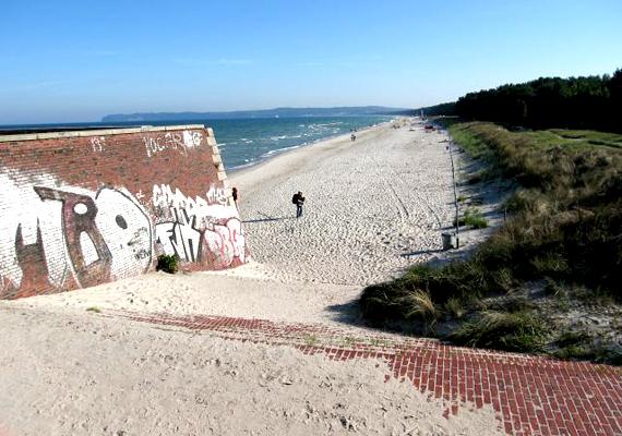 A komplexumhoz hosszú, homokos strand tartozott, emellett minden szoba a tengerre néz.