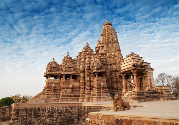 Khadzsuráhónak ma 20 temploma látogatható, ezek egy nyugati, illetve egy keleti csoportra oszlanak. 950 és 1050 között a terület a csandela királyoké volt, a képen látható Kandaríja Mahádévi templomot a csandela képző- és építőművészet csúcsának tartják.
