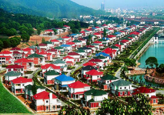 Az 1961-ben alapított Huaxi területe korábban szegény, vidéki, mezőgazdasággal foglalkozó közösségnek adott otthont, miután azonban a vezetők úgy döntöttek, a szocialista mintafalu modelljét alkotják meg a helyszínen, igazi kommunista utópiává vált.