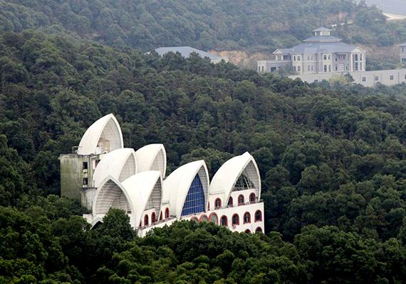 A település egyik híres látnivalója a World Park, mely a világ különféle látványosságainak furcsa replikáit foglalja magában. A képen látható épület például Sydney operaházára hasonlít.
