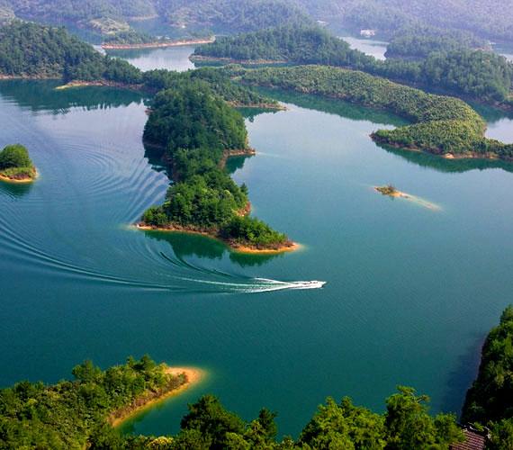 A Qiandao-tó gyönyörű látványt nyújt a turisták számára, az igazi varázslat azonban a mélyben található.