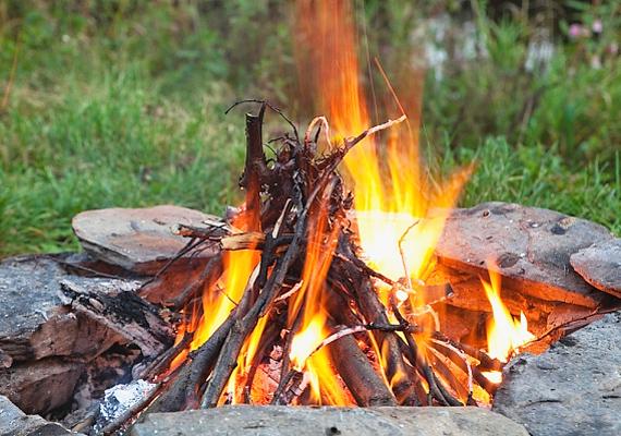 Tüzet rakni mindig csak a kijelölt helyeken szabad, sőt, a tűzgyújtási tilalom érvényességével is számolni kell. Mielőtt túrázni indulsz, nézz utána, mi érvényes az adott helyen.