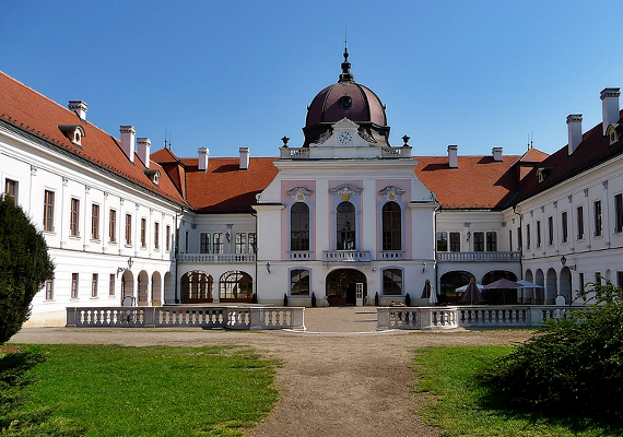 A Budapesttől 30 kilométerre található Gödöllő leginkább mesébe illő kastélyáról híres, mely az ország egyik legnagyobb barokk épülete. Erzsébet királynénak is kedvelt pihenőhelye volt.