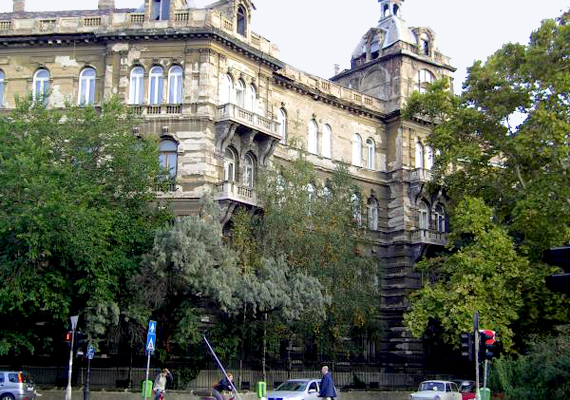 A budapesti Kodály-köröndön található Andrássy-udvarról is elterjedt, hogy kísértetek járják. Ha szeretnéd tudni, pontosan miért, kattints ide, és olvasd el korábbi cikkünket!