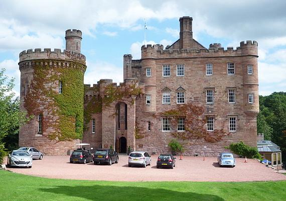 A skóciai, dalhousie-i kastély hölgye, Lady Catherine a 13. század óta kísért az épület falai között. Állítólag szerelmi bánat miatt vesztette életét, azóta rémisztgeti a személyzetet és a vendégeket. Többször számoltak be arról, hogy hallották a szoknyája suhogását, illetve arról is, hogy a kísértet a hajukat húzta.