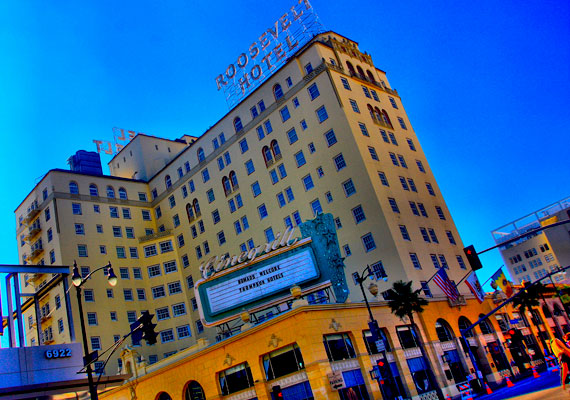 A hollywoodi Roosevelt szálló nem egy hírességet tudhatott vendégének, maga Marilyn Monroe is sokszor fordult meg itt. Szemtanúk állítják, hogy a színésznő halála óta gyakran megjelenik a folyosókon, de a medence partján is látták már felbukkanni, kezében kedvenc koktéljával.