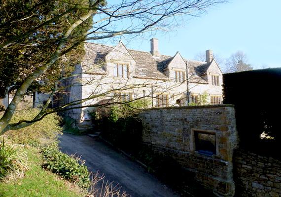 A Tudor-stílusú kúriát az 1530-as években építették. Csupán két család élt itt azóta: a Knoyle-ok és Medlycottok.