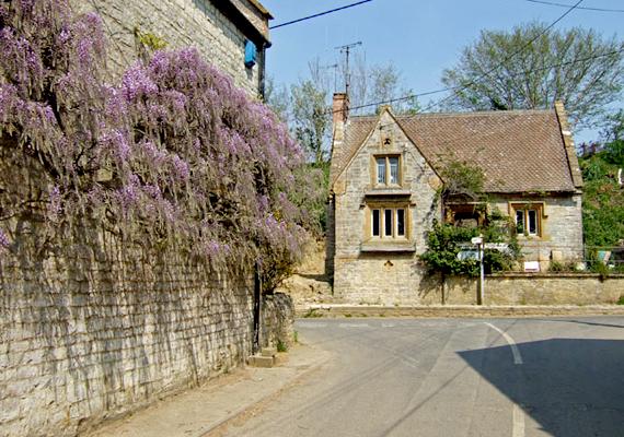 Az egész falunak ódon hangulata van.