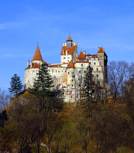 Bran kastély, Románia  Bár a legtöbben kételkednek ennek igazságtartalmában, állítólag Draculának, vagyis Vlad Tepesnek nem kevés köze volt ehhez a várhoz. A Brassó mellett található épület meseszép, azonban számos félelmetes elemet - például faragásokat - tartalmaz, emellett úgy tartják, a kísértetek jelenlétést is gyakran érezni.