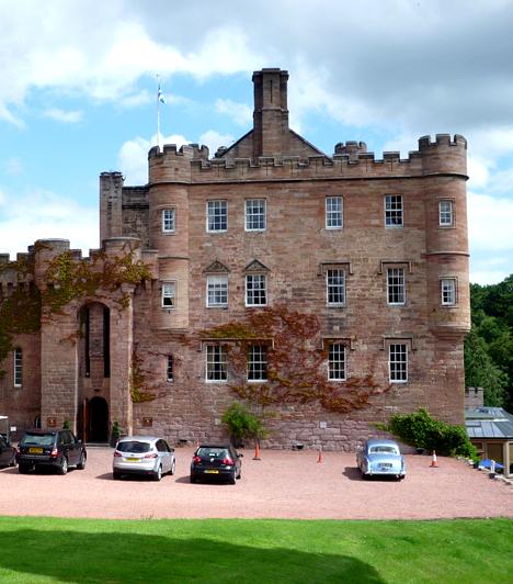 Dalhousie-kastély, Skócia  Több mint nyolcszáz évvel ezelőtt a Dalhousie-ban élő Lady Catherine szerelembe esett, azonban szülei megtiltották, hogy találkozott ifjú kedvesével. Ezután a lány a kastély legfelső szobájába zárta, majd halálra éheztette magát. A legenda szerint a szerelembe beleőrült nő kísértetének sikolyai ma is hallhatók, ennek ellenére a kastélyt imádják a szerelmesek és a nászutasok.