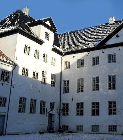 Dragsholm-kastély, DániaA 12. századi dán kastélyt állítólag szellemek százai kísértik. Az egyik legismertebb a fehér ruhás lány, akit apja záratott szobájába, miután beleszeretett a kastély egy szolgálójába - soha többé nem látták élve. A 20. század elején munkások könnyeket láttak csorogni a régi falakból, emellett az egyik falban találtak egy fehér ruhát viselő csontvázat is.Kapcsolódó cikk:A világ egyik legkísértetiesebb helye »