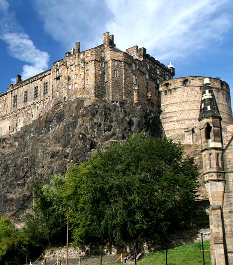 Edinburgh kastélya, Skócia  Edinburgh-t Európa paranormális tevékenységek által leginkább érintett városának tartják, nem véletlenül. Számos kísértethistória kötődik 9. századi várához is, köszönhetően véres múltjának, valamint bötönrendszerének, ahol temérdek embert kínoztak meg, majd végeztek ki.
