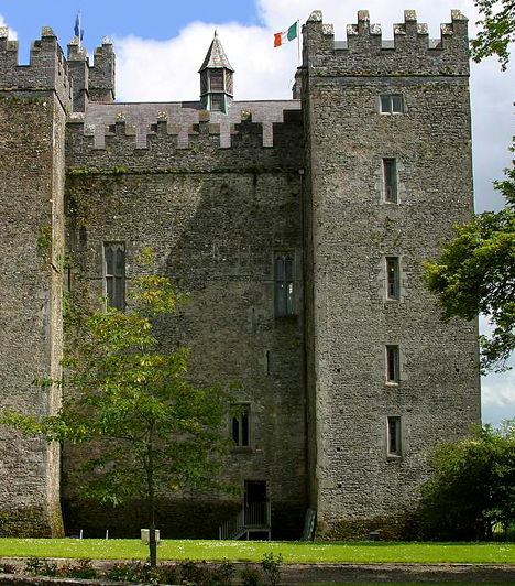 Leap kastély, Írország  Írország legfélelmetesebb kastélyának minden kétséget kizáróan a Leap-kastélyt tartják. 1532-ben egy helyi testvér egy másik ellen fordult, majd a vár kápolnájában megölte, amit azóta Véres Kápolnának hívnak. E helyszín mellett úgy tartják, a börtönt is kísértetek lakják, emellett egy sötét, ördögi kreatúra is megjelenik néha az épületben - utóbbinak teljesen fekete a szeme, emberi arca van, ugyanakkor mérete egy bárányé.