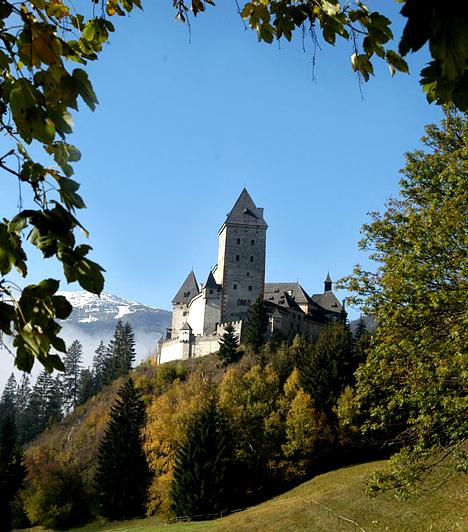 Moosham-kastély, Ausztria  Az Unterbergben, Ausztriában található Moosham-kastélynak szörnyű és elátkozott múltja van, ez volt ugyanis az a kastély, melyben az ország legvéresebb kimenetelű boszorkánypereit tartották. A kastély börtönében a szóbeszéd szerint több ezer fiatal nőt kínoztak meg és végeztek ki, kiknek szellemei állítólag máig ott kísértenek.  Kapcsolódó cikk: A hel, ahol állítólag lefúrtak a pokolba »