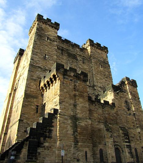 Newcastle kastélya, AngliaA kastélyt állítólag azért kísértik szellemek, mert egy római kori temető helyére épült. Bár a halottakat 1172-ben elszállították, a szakértők szerint ennek köszönhető a számtalan paranormális jelenség, ami az épülethez köthető. Mindemellett úgy vélik, nem is csak egyszerű temető volt - valószínűsítik, hogy véres tragédia köthető hozzá.Kapcsolódó cikk:Erőteljes paranormális jelenségek Prágában »