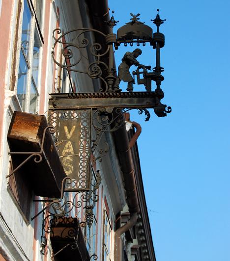 Kőszeg  Az Alpokalja gyöngyszeme igazi mesebeli kisváros, hangulatos főtérrel, középkori várral, regénybe illő várárokkal, illetve gyönyörű túraútvonalakkal. A vendégszerető, idilli település érdekessége, hogy utcáin még mindig működik a becsületkassza.