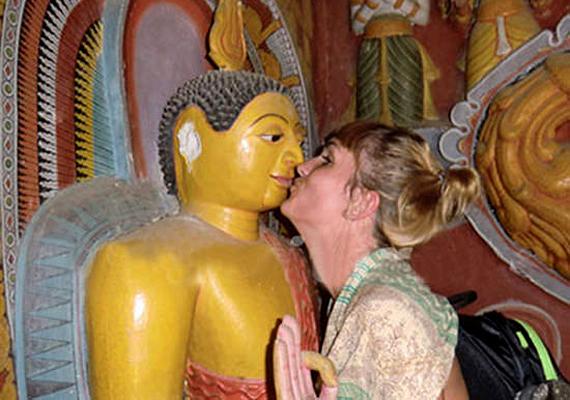 Srí Lankán ítéltek 2012-ben több hónapos börtönbüntetésre három francia turistát, miután egy helyi fotólabor jelezte a hatóságoknak, hogy tiszteletlen képeket készítettek egy Buddha-szoborral. A Srí Lanka-i hatóságok mindezt rendkívül civilizálatlannak és vallásukat sértőnek tartották. A képen az egyik fotó látható.