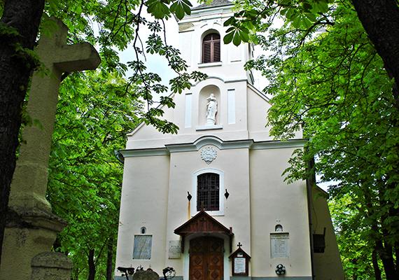 A Mátra népszerű klimatikus gyógyhelyei közé tartozik a szintén mérsékelt szubalpin klímával bíró Mátrafüred is. A képen római katolikus temploma látható.